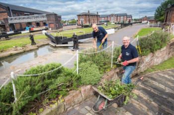 Maintaining the shrub beds at the National Waterway  Museum, Ellesmere Port (Canal & River Trust)