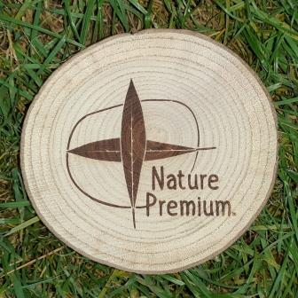 wooden disc with the Nature Premium logo (Nature Premium)