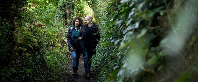 A couple enjoy tall, healthy hedgerows (Bill Waters / CPRE)