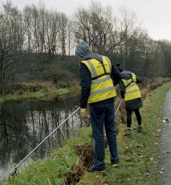 Volunteers work alongside Scottish Canals to litter pick along the Union Canal (Keep Scotland Beautiful)