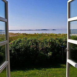 view through and open window to garden and coast (Kerstin Riemer / Pixabay)