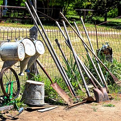 garden tools on a wire fence (image: Ray Shrewsberry / pixabay)