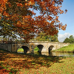 bridge over the lake at Chatsworth House, Derbyshire (image: Graham Hobster / pixabay)